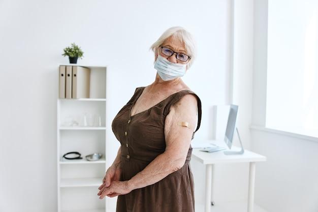 Stara kobieta w klinice paszport szczepionki covid