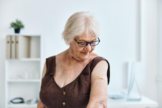 Stara kobieta w szpitalu bezpieczeństwo szczepień w paszporcie nosicielskim