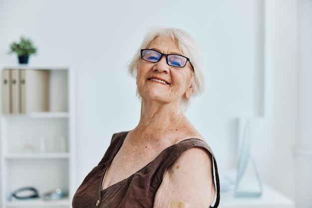 Stara kobieta w szpitalu paszport szczepionki covid
