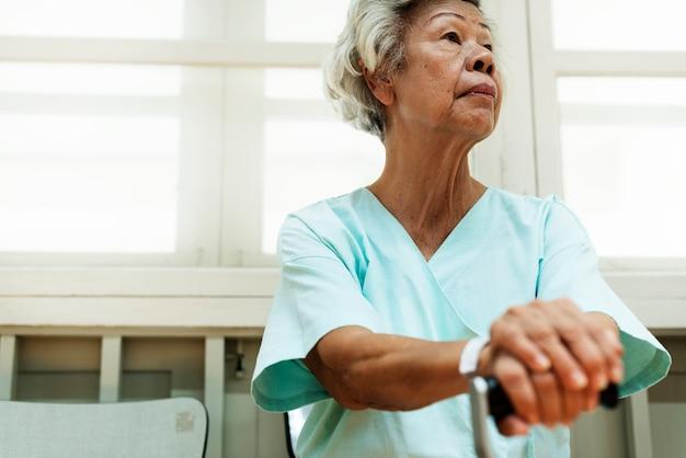 Stara kobieta w szpitalu