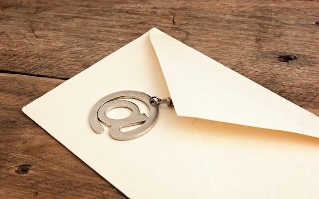 Starą kopertę mailingową i podpisz e-mail na drewnianym tle