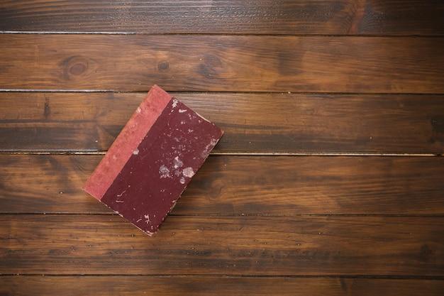 Stara książka na drewnianym tle