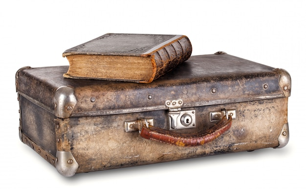 Stara książka na walizce