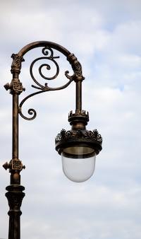 Stara lampa do oświetlenia ulicznego.