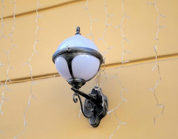 Stara latarnia lampy na kamiennej ścianie, proces w stylu vintage