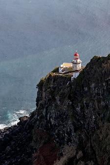 Stara latarnia morska na górze.