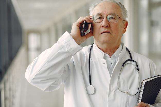 Stara lekarka w jednolitej pozyci przy sala