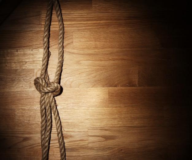 Stara lina nad drewnianą powierzchnią