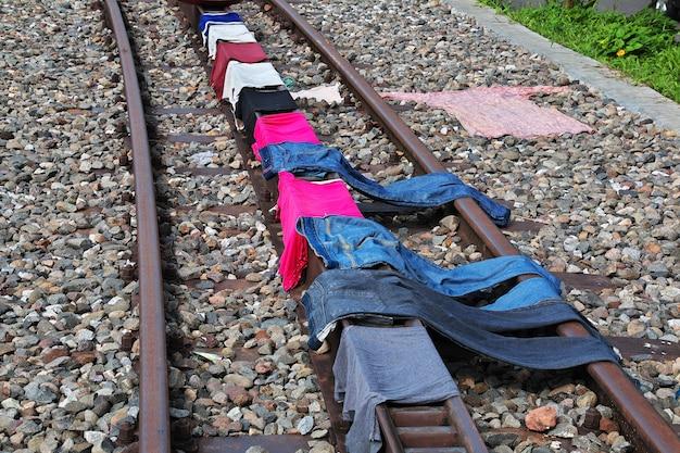 Stara linia kolejowa w wiosce w indonezji