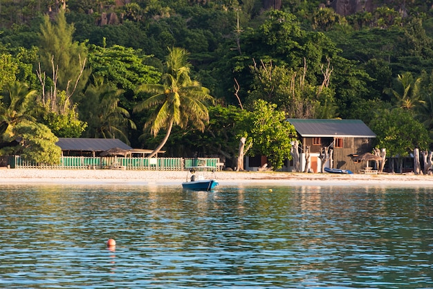 Stara łódź rybacka na tropikalnej plaży przy seychelles