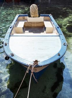 Stara łódź rybacka z sieciami, południowe włochy