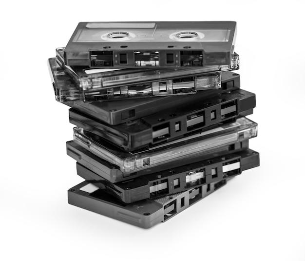 Stara magnetyczna kaseta magnetofonowa na białym tle ze ścieżką przycinającą