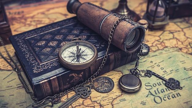 Stara mapa z kolią kompasu