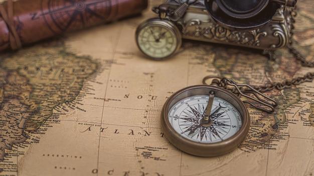 Stara mapa z naszyjnikiem z kompasem