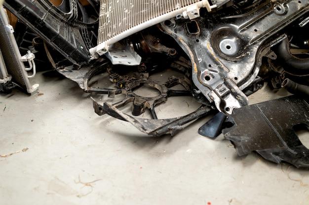 Stara maszyna, autoparts i radiator w garażu. widok z góry 0