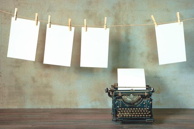 Stara maszyna do pisania z czystą kartką papieru