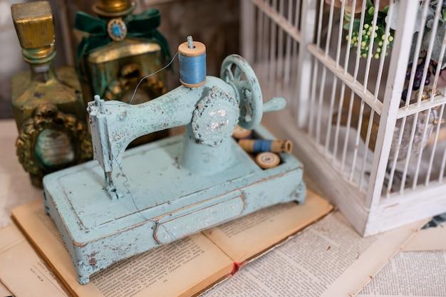 Stara maszyna do szycia retro na drewnianym stole
