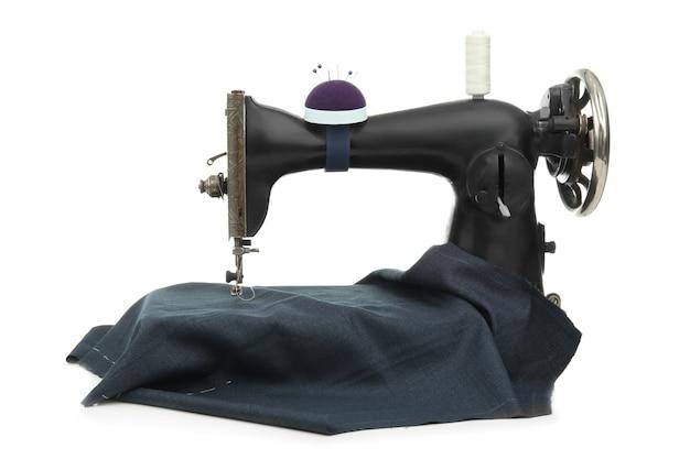 Stara maszyna do szycia z tkaniną i nicią