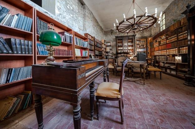 Stara opuszczona biblioteka