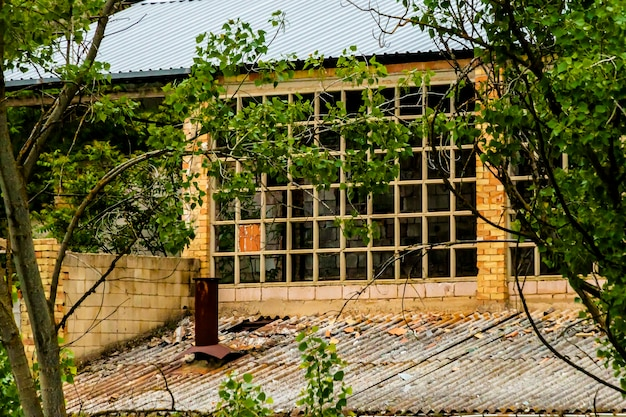 Stara opuszczona fabryka w korycie rzeki w alcoi, alicante, hiszpania.