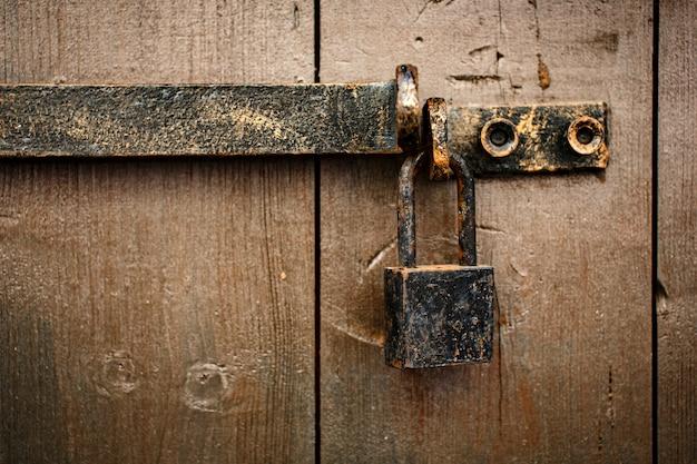 Stara ośniedziała starzejąca się kłódka na drzwi