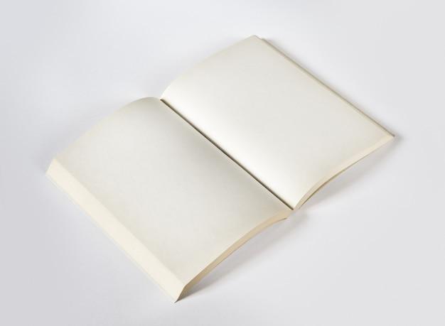 Stara otwarta puste miejsce książka odizolowywająca na popielatym