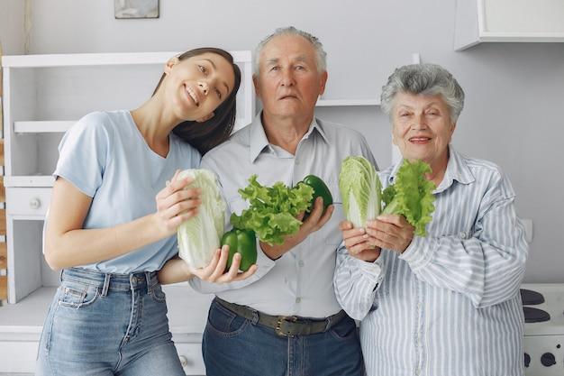 Stara para w kuchni z młodą wnuczką