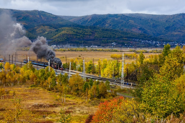 Stara parowa lokomotywa w baikal kolei z dymem w jesieni