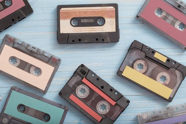 Stara plastikowa kaseta na niebiesko drewnianą. koncepcja muzyki retro