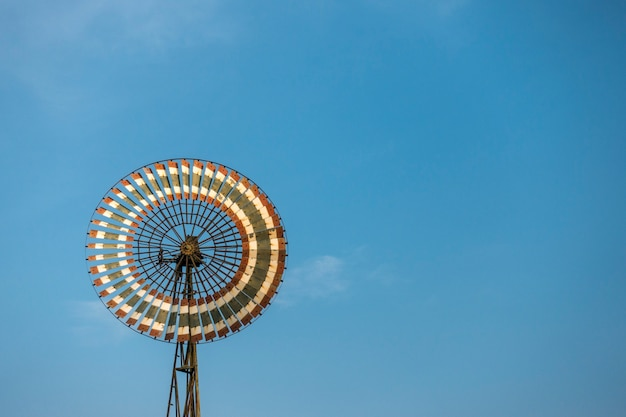 Stara pompa wodna zasilana turbiną wiatrową