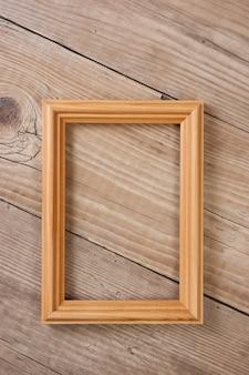Stara ramka na zdjęcia na drewnianym tle