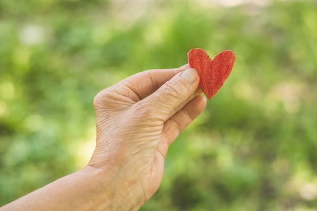 Stara ręka babcia trzymać serce
