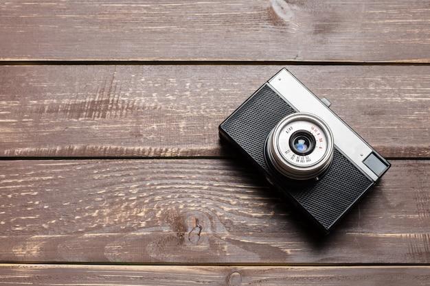 Stara retro kamera na drewnianym stole