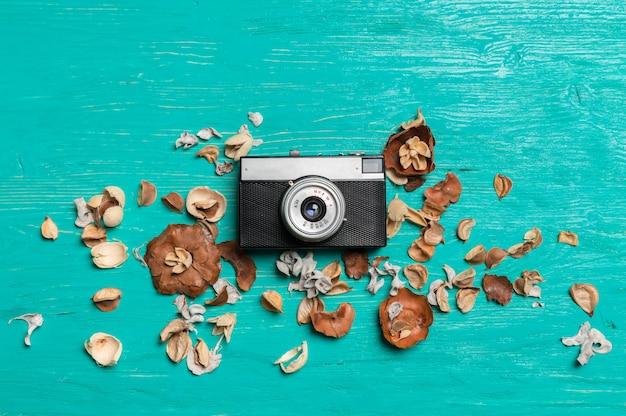 Stara retro kamera na drewnianym stołowym tle