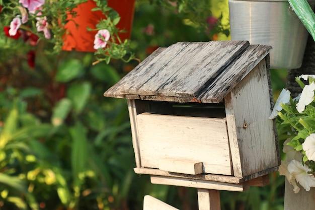 Stara rocznik skrzynka pocztowa w naturze
