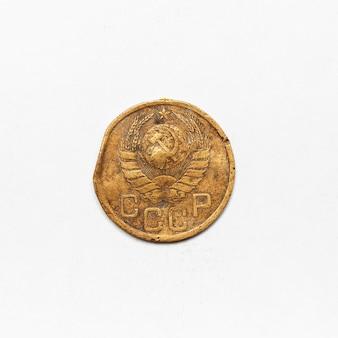 Stara rosyjska moneta cccp z 1943 roku. samodzielnie na białej powierzchni.