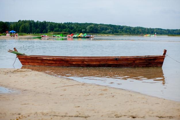 Stara rybak łódź przy wschodu słońca czasem na plaży