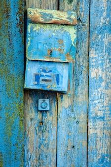 Stara skrzynka pocztowa na drewnianej ścianie