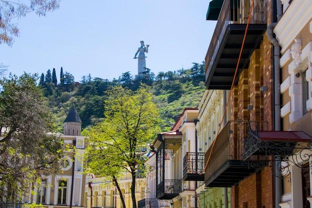 Stara słynna architektura zewnętrzna, plac gudiashvili na starym mieście i centrum miasta tbilisi, gruzja.