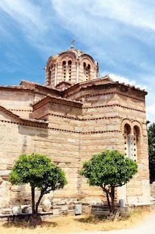 Stara świątynia w mieście ateny latem