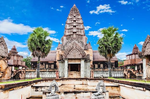 Stara świątynia w pobliżu gorących źródeł thaweesin, prowincja chiang rai, tajlandia