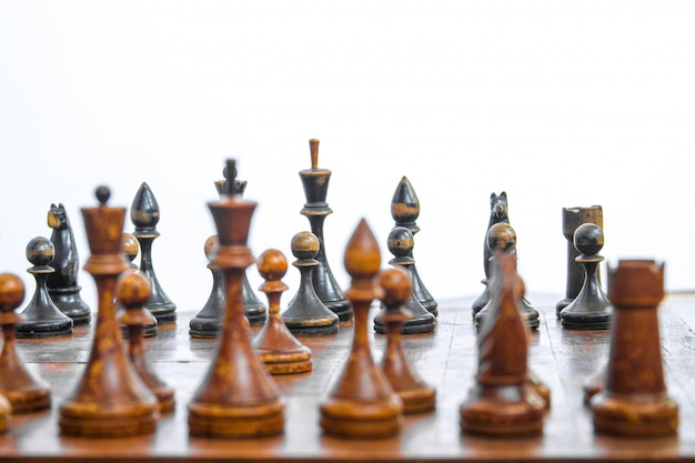 Stara szachowa deska z drewnianymi kawałkami.