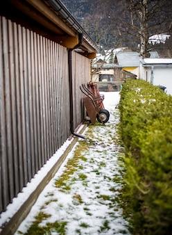 Stara taczka stojąca na podwórku w gospodarstwie