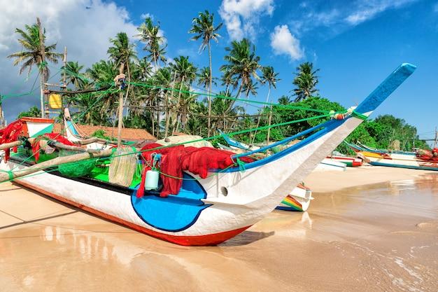 Stara tradycyjna łódź rybacka utknięta na ekstremalnym zbliżeniu palm beach