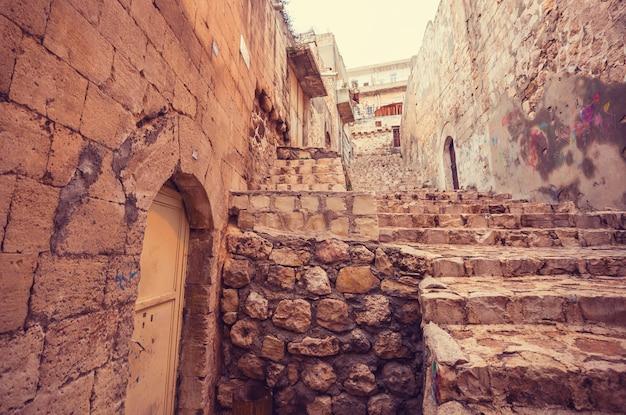 Stara ulica w historycznym mieście mardin, turcja