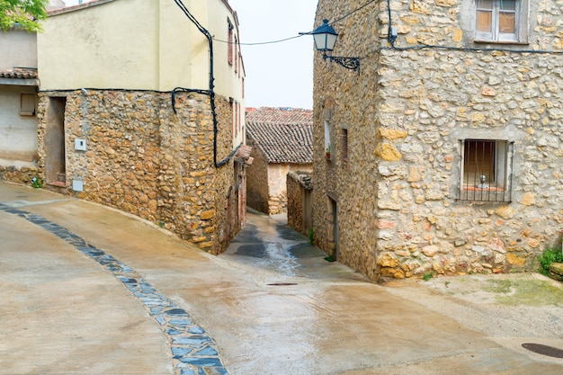 Stara ulica w mieście z budynkami drogowymi i kamiennymi