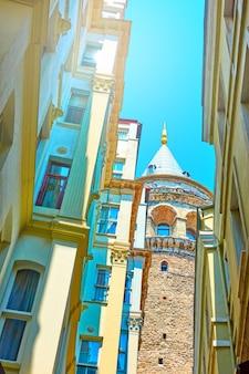 Stara ulica w stambule i wieża galata, turcja