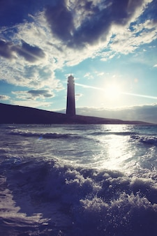 Stara wiązka szperacz latarni morskiej przez morskie powietrze.