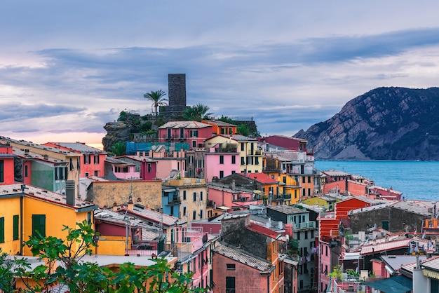 Stara włoska miejscowość vernazza na wybrzeżu cinque terre we włoszech liguria