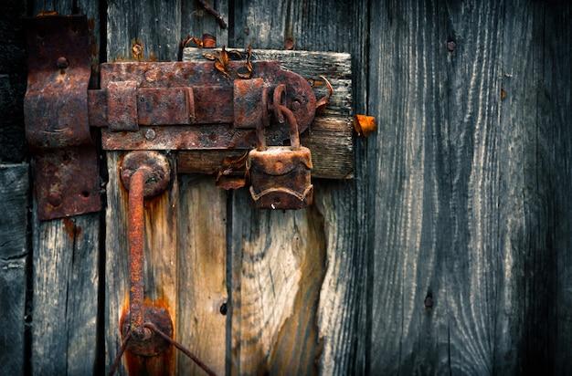 Stara zardzewiała kłódka na drzwiach